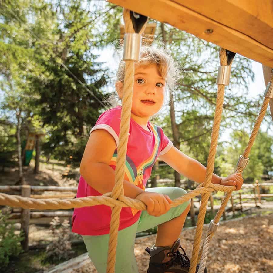 Bambina tra i percorsi avventura di Wonderwood